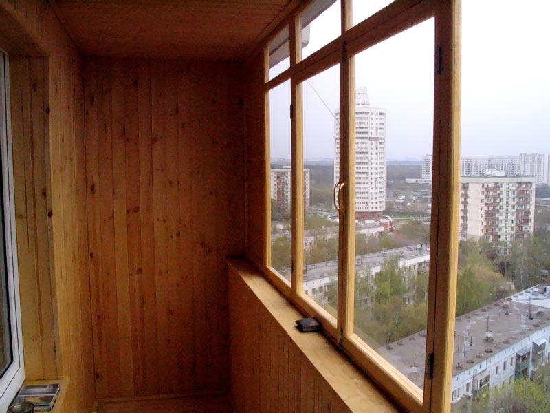 Остекление балконов с использованием деревянных рам.